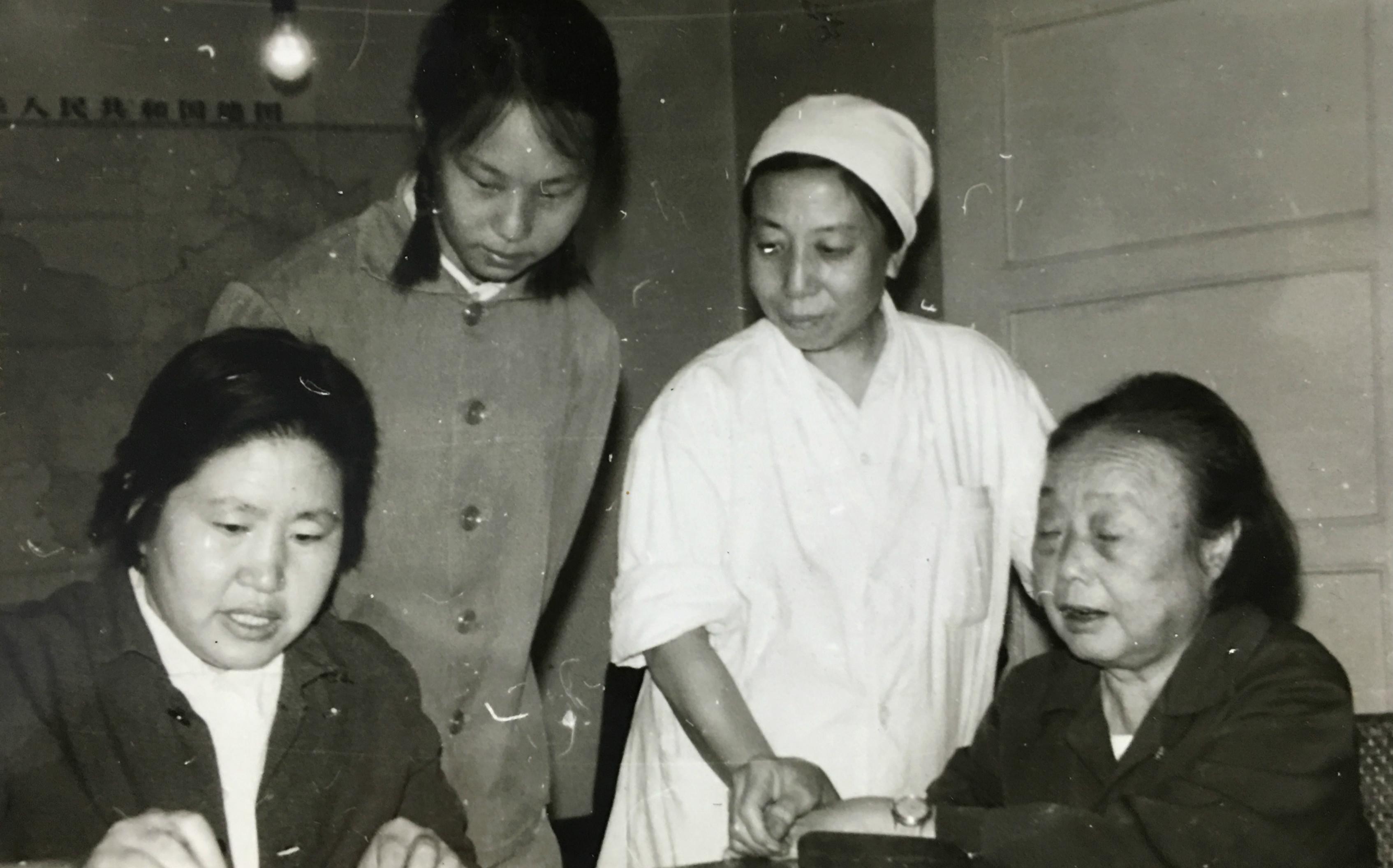 梁依韵(右一)在给中医大夫杨玉华(左一)和梁志齐(左二)传授临床经验。.jpg